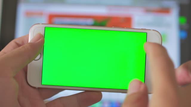Använda smart telefon, grön skärm