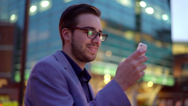 Mit smartphone in der Stadt bei Nacht.