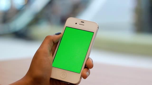 Utilizzando Smartphone con schermo verde fuori porta