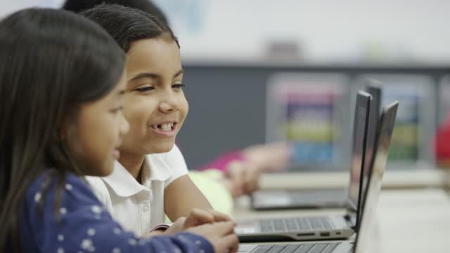 Mit tablet und computer Technologie in der dritten Klasse elementary school
