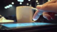 Met behulp van de Tablet PC en drinken koffie in Cafe, Close-up