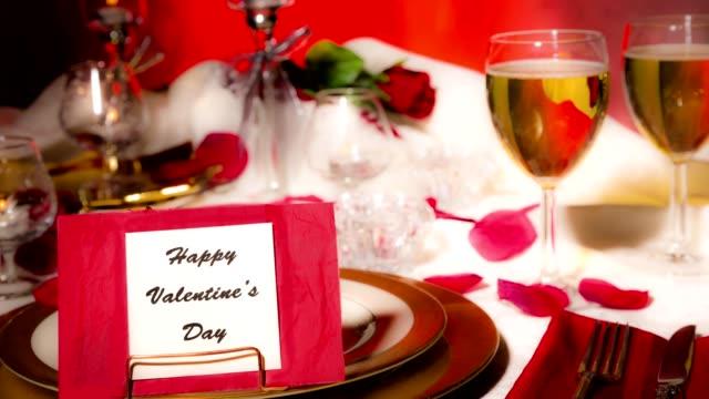 Valentinstag Abendessen. Romantischer Tischgedeck.  Karte, Teller Essen. Geschenk.