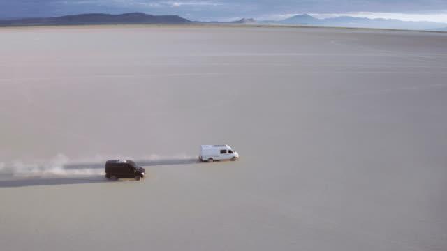 Van rijden naast elkaar in de woestijn