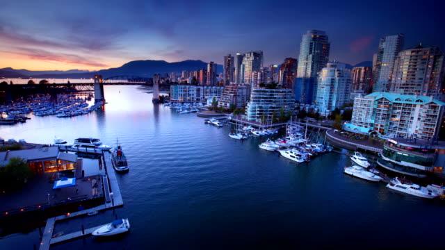 Vancouver am Wasser in der Dämmerung, Kanada
