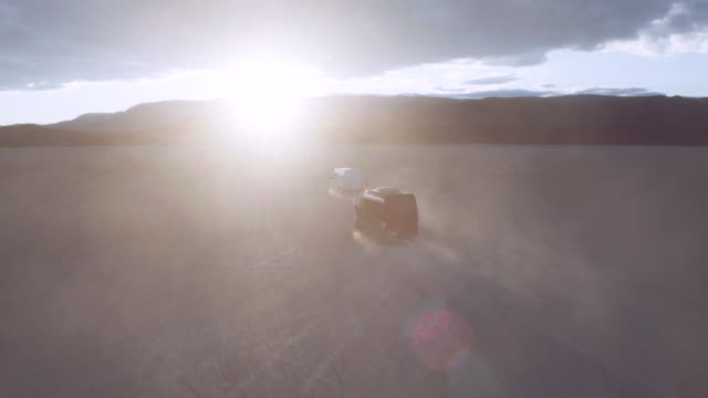 Vans in de woestijn bij zonsondergang