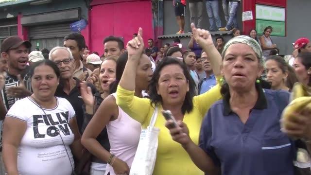 Vecinos del populoso barrio de Catia enclave del chavismo al oeste de Caracas se sumaron al clima de protestas que crece en el pais ante el...