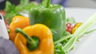 SLO MO groenten op roterende tabel naast een blender