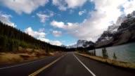 Voertuig rijden op de schilderachtige weg