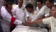 Veinte parejas homosexuales se casaron este viernes en Acapulco despues de que un fallo judicial permitiera el matrimonio gay en todo el pais