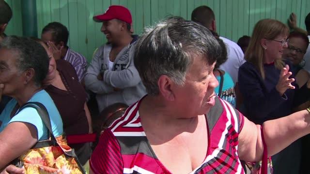 Venezolanos esperan en largas colas en supermercados del pais para hacerse con alimentos y productos basicos cada vez mas escasos en un pais con...
