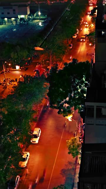 Vertikale video von verkehrsreichen Strasse