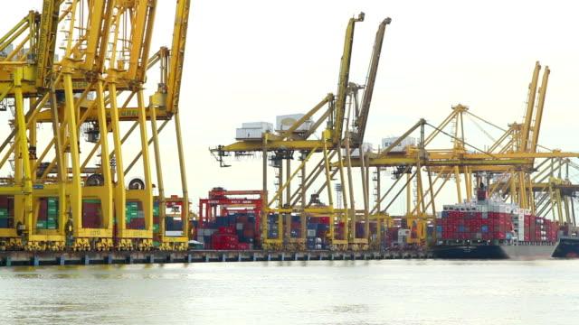Große Behälter-Schiff im Hafen