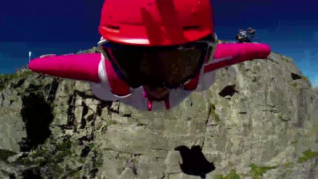 Vestidos con un traje aereo estos temerarios icaros se lanzan desde las montanas para experimentar lo mas parecido a volar