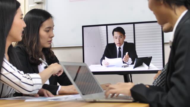 Video konferens affärsmän möte med affärspartner