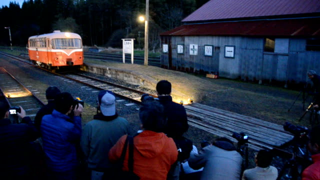 Video footage taken on November 4 Japan in Shichinohe Aomori Prefecture shows a classic railbus pulling in and out of nowdefunct Shichinohe station...