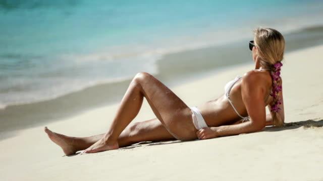 video von bikini Frau Sonnenbaden am Strand am Karibischen Meer Küste