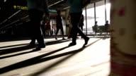 Video von Menschenmenge Passagiere in einem Flughafen