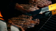 Video van steaks op de grill in slow motion