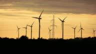 Video van windmolens bij de zonsondergang in 4K