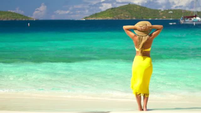 video di donna in piedi su una spiaggia dei Caraibi