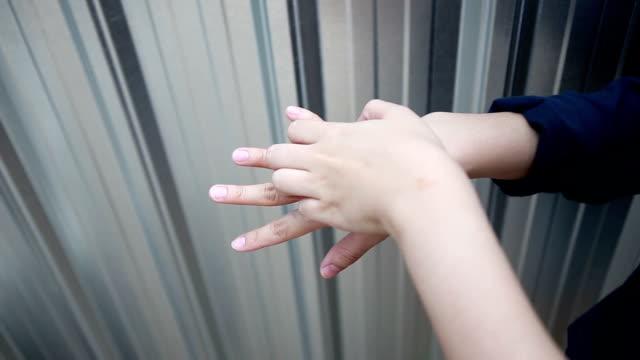 Video HD-donna scratch mani e dita.