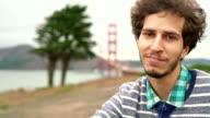 Videoportrait des jungen Mannes, touristischen und Hipster, vor der Golden Gate Bridge, San Francisco