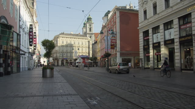 WS view along Landstrasse, the main (pedestrianized) shopping street towards the Taubenmarkt and Alter Dom (Old Cathedral, on right)