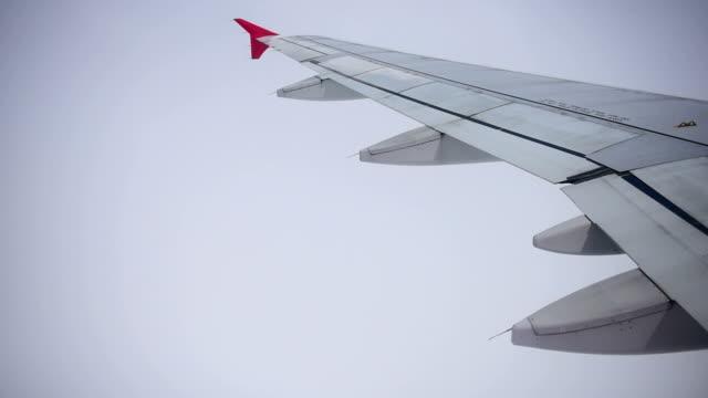 Blick vom Flugzeug fliegt über Blauer Himmel