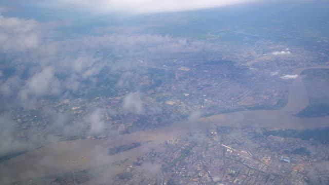 Uitzicht uit het raam van het vliegtuig
