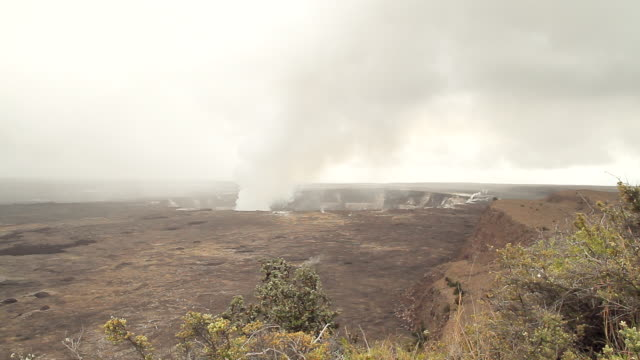 WS View of active volcano at hawaiis volcanic national park / kauai, hawaii, united states