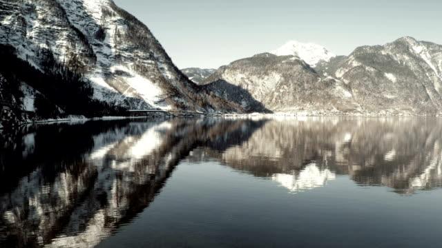 Luftaufnahme der Alpen und Hallstatt See und Stadt