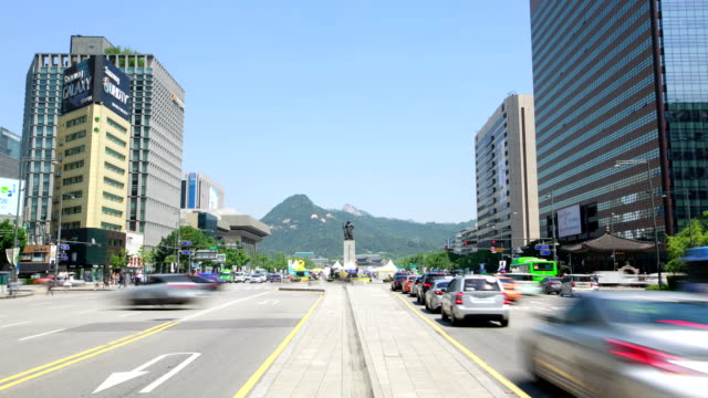 View of bronze statue of Yi Sunsin (historic naval commander during the Joseon Dynasty) at Gwanghwamun Square (Popular tourist attraction)