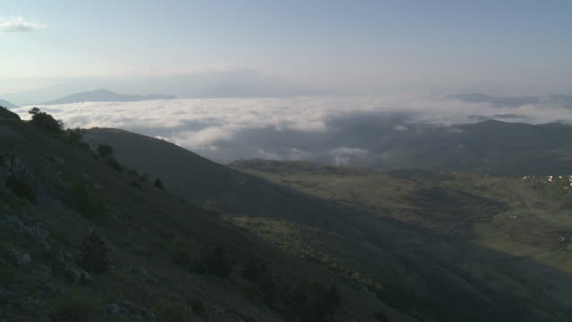 WS View of clouds and mist covered mountainous landscape of Gran Sasso National Park at Sunrise / Calascio, Abruzzo, Italie