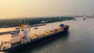 Blick auf das Frachtschiff Reisen in river
