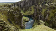 Ansicht des Fjadrargljufur Canyon mit Blick auf das Meer, Island