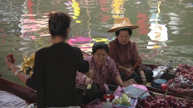 MS View of floating market of Damnoen Saduak, market sellers with fruit and vegetable on boats / Bangkok, Thailand