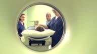 Ansicht von medizinischem Fachpersonal, Patienten durch CT-scanner