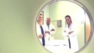 Ansicht von Medizinern durch CT-scanner