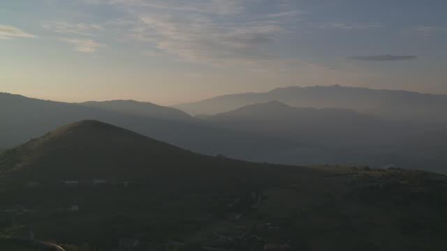 WS View of mist covered mountain range of Gran Sasso National Park at Sunrise / Calascio, Abruzzo, Italie
