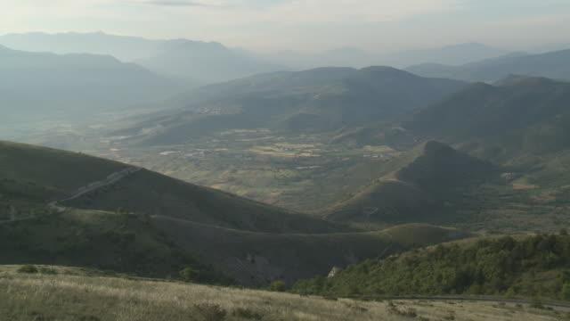 WS View of mist covered mountain range of Gran Sasso National Park / Calascio, Abruzzo, Italie