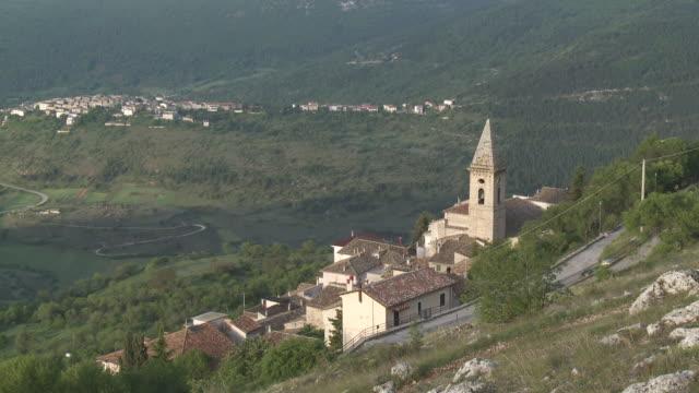 WS View of Mountain village / Calascio, Abruzzo, Italie
