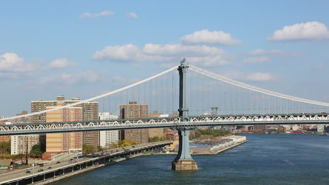 WS View of running cars and subway at manhattan bridge above fdr drive / New York, United States