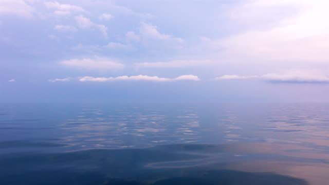Zicht op de lucht met de cloud en kalme zee