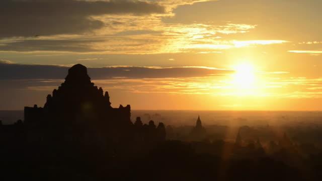 WS View of Sunrise over Dhammayangyi temple at Pagodas field of Bagan / Bagan, Mandalay Division, Myanmar