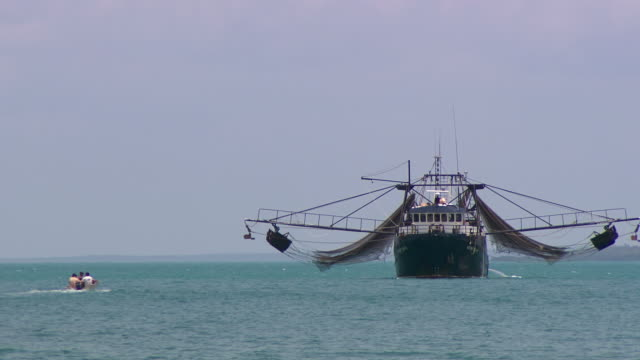 WS View of Tinnie travels to trawler / Northern Territory, Australia