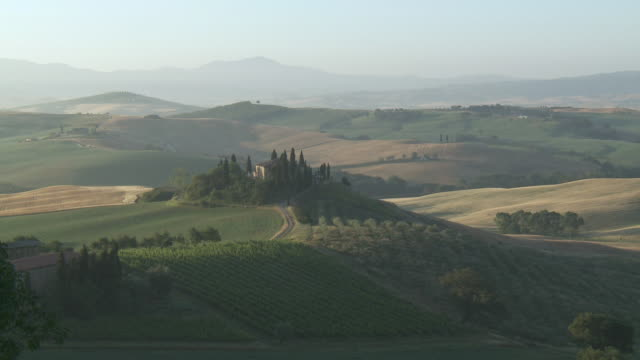 WS View of Villa Belvedere farmhouse on hill at sunset / Pienza, Tuscany, Italie