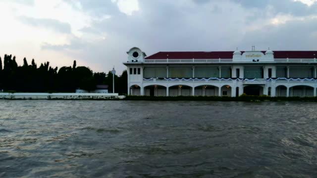 Visa på Bangkok från rörliga båt, kollektivtrafik på Chao Praya floden. Thailand.