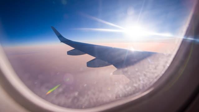 Bekijken door vliegtuig raam tijdens vlucht