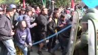Violentos enfrentamientos se desataron el lunes entre policias y manifestantes en Santiago de Chile quienes demandaban reformar el sistema de...