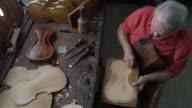 Violine Kaffeemaschine in seiner Werkstatt